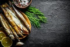 Uwędzona ryba z ziele, cytryną i pikantność, obrazy stock