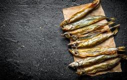 Uwędzona rybia brzdąc na papierze obrazy royalty free