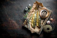 Uwędzona rybia makrela na tacy z dratwą, nożycami i pikantność, obrazy royalty free