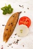 Uwędzona szkocka makrela na białym kuchnia papierze z pomidorem, oni Obraz Stock