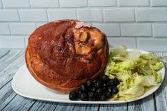 Uwędzona wieprzowina na naczyniu z warzywami zdjęcia royalty free