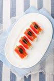 Uwędzone łosoś rolki z kremowym serem, czarny kawior Fotografia Stock