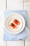 Uwędzone łosoś rolki z kremowym serem, czarny kawior Fotografia Royalty Free