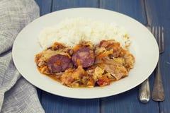 Uwędzone kiełbasy z warzywami i gotowanymi ryż obrazy stock