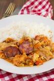 Uwędzone kiełbasy z warzywami i gotowanymi ryż fotografia royalty free