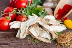Uwędzone shitake pieczarki faszerowali z pikantność świeżymi ziele pomidorami i Zdjęcie Stock