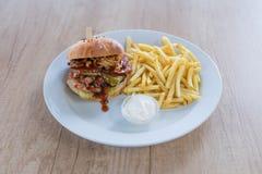 Uwędzony hamburger i dłoniaki obrazy royalty free