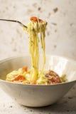 Uwędzony pstrąg Linguini makaron w pucharze Fotografia Royalty Free