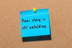 Uw die Verhaal opent nog motivatieinschrijving op blauwe die sticker wordt geschreven bij cork berichtachtergrond wordt gespeld Royalty-vrije Stock Afbeelding
