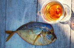 Uwędzona ryba na drewnianym stole, vomer, piwo Obraz Stock