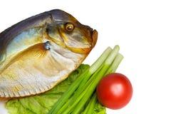 Uwędzona ryba z warzywami na odosobnionym tle Zdjęcia Royalty Free