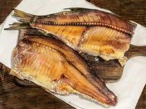 Uwędzona sztokfisz ryba na drewnianej desce Obrazy Royalty Free