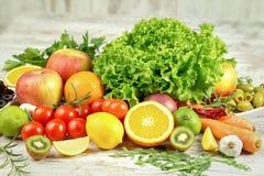 Uw gezondheid hangt van juiste voeding af - fruit en groente stock foto