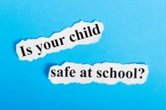 is uw kindbrandkast bij schooltekst op papier De woorden is uw kindbrandkast op school op een stuk van document Het beeld van het royalty-vrije stock foto