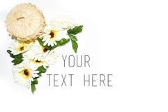 Uw tekst hier met bloemen en mand Stock Fotografie