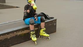 Uwadnianie aktywnego czasu wolnego chłopiec napoju rolkowa woda zbiory