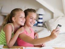 uwagę rozproszona dziewczyny praca domowa ich potomstwo Zdjęcie Stock