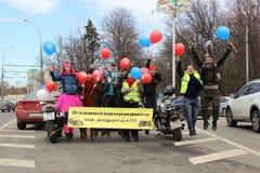 Uwaga na drogowej motocyklista inskrypcji w Rosyjskim ?wsp?lne zrozumienia na drogach obrazy royalty free