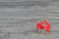 Uwaga, niebezpieczeństwo! Leki są blisko Używać szklane ampułki łączyli czerwonego atłasowego lot na zmroku betonu tle obraz royalty free