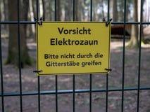Uwaga znak na ogrodzeniu obrazy stock