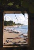 uwagi na plaży przez okno Obrazy Royalty Free
