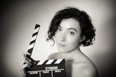 Uwodzicielska aktorka z clapperboard, rocznika czarny i biały clo Zdjęcie Stock