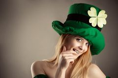 Uwodzicielska blond dziewczyna w wizerunku leprechaun Fotografia Stock
