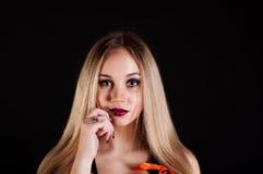 Uwodzicielska blond kobieta odizolowywająca na ciemnym tle Obrazy Stock