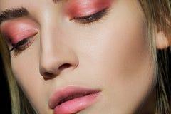 Uwodzicielska blondynka z pięknym makijażem Różowy cień, piękna seksowna dziewczyna portret Czuła dziewczyna Piękna dziewczyna z  Zdjęcia Stock