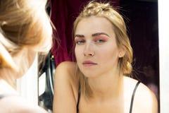 Uwodzicielska blondynka z pięknym makijażem Różowy cień, piękna seksowna dziewczyna portret Czuła dziewczyna Piękna dziewczyna z  Obraz Stock