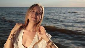 Uwodzicielska kobieta cieszy się pięknego zmierzch na plaży zbiory wideo