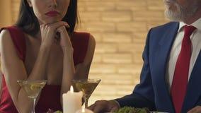 Uwodzicielska kobieta flirtuje z bogatym starym człowiekiem, manipuluje dostawać pieniądze, imitacji miłość zbiory