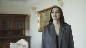 Uwodzicielski śliczny model chodzi dla reklamować drogich ubrania 4K zbiory wideo