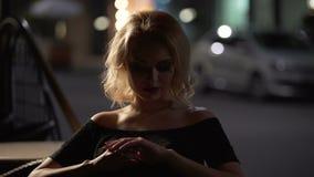 Uwodzicielski blond żeński obsiadanie w kawiarni i czekaniu dla chłopaka, piękno zbiory