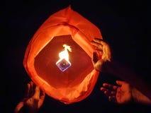 Uwolnienia nieba lampion w Diwali festiwalu zdjęcia stock