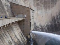 Uwolnienie woda i dwa pracownika przy imponująco Katse Grobelną hydroelektryczną elektrownią w Lesotho, Afryka Obraz Royalty Free