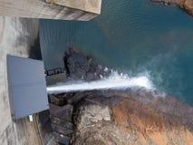 Uwolnienie woda przy imponująco Katse Grobelną hydroelektryczną elektrownią w Lesotho, Afryka Zdjęcia Royalty Free