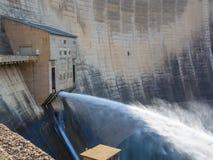 Uwolnienie woda przy imponująco Katse Grobelną hydroelektryczną elektrownią w Lesotho, Afryka Obrazy Royalty Free