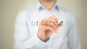 Ux-Design, Mann-Schreiben auf transparentem Schirm Lizenzfreies Stockfoto