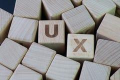 UX, het ontwerpconcept van de Gebruikerservaring, kubeert houten blok combineert woord UX, ontwikkeling van een reis en een inter stock foto's