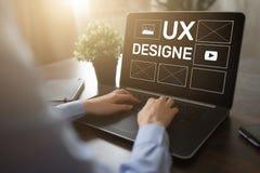 UX-ontwerp De ontwerper van de gebruikerservaring, Web en toepassingsontwikkeling Internet en technologieconcept royalty-vrije stock afbeeldingen