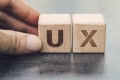 UX-ontwikkeling, het ontwerpconcept die van de Gebruikerservaring, hand Cu bouwen royalty-vrije stock afbeeldingen