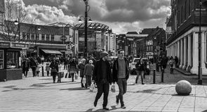 Uxbridge地铁车站和intu Uxbridge黑白看法  免版税库存照片