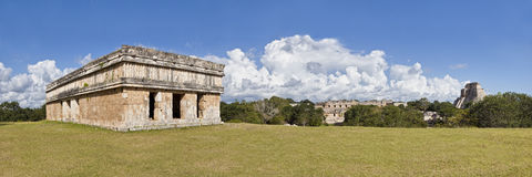 Uxmal dans Mexiko - temple et pyramide de panorama Photo stock