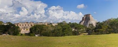 Uxmal en Mexiko - panorama con el templo y la pirámide Foto de archivo libre de regalías