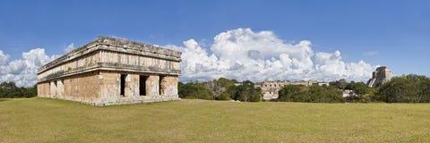 Uxmal en Mexiko - templo y pirámide del panorama Foto de archivo