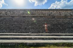 Uxmal, Meksyk, 2015-04-20: Stara elegancka damy pozycja przy schodkami Majscy antyczni ostrosłupy Zdjęcie Stock