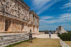 UXMAL, MEXICO - 28 FEBRUARI, 2016: De toeristen bezoeken de ruïnes van het het Paleisgebouw van de Gouverneur van Palacio del Gob stock foto
