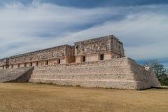 UXMAL, MEXICO - 28 FEBRUARI, 2016: De toeristen bezoeken de ruïnes van het het Paleisgebouw van de Gouverneur van Palacio del Gob royalty-vrije stock afbeelding
