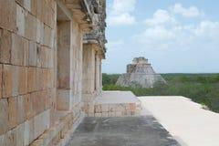 Uxmal, Mexiko-Mayaruinen mit Pyramide des Magiers stockfoto